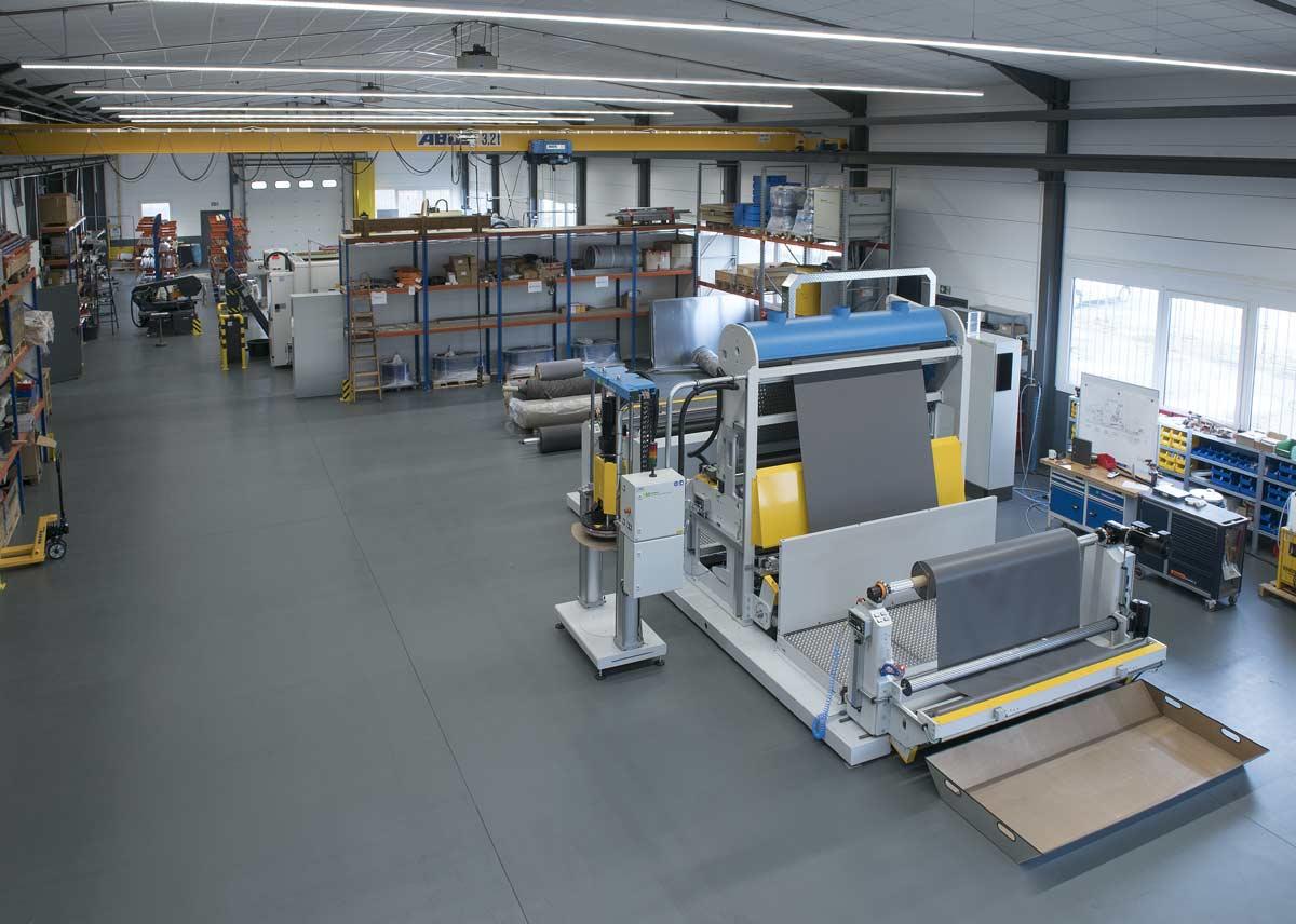 Im neuen Montagebereich wird gerade eine neue, individuell nach Kundenanforderungen entwickelte Hotmelt Beschichtungsanlage aufgebaut.