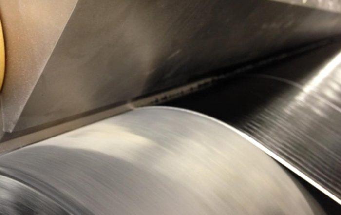 Schlitzdüsenauftrag mit Bitumen auf Trägermaterial